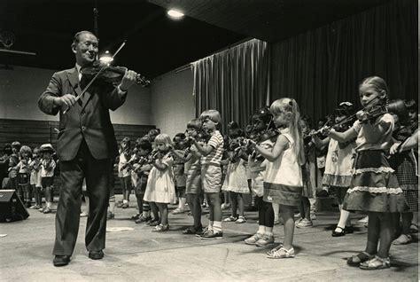 Schinichi Suzuki Dr Shinichi Suzuki Leads A Student Violin Media