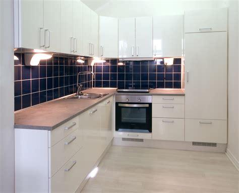 Duck Egg Blue Kitchen Cabinets File White Kitchen With Dark Blue Tiling Jpg Wikimedia