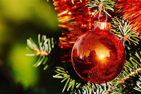 decorare alberi di natale come decorare l albero di natale idee green
