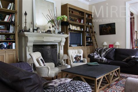 salon melange de style avec une cheminee en pierre