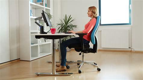 gesundes sitzen am schreibtisch ergonomischer arbeitsplatz