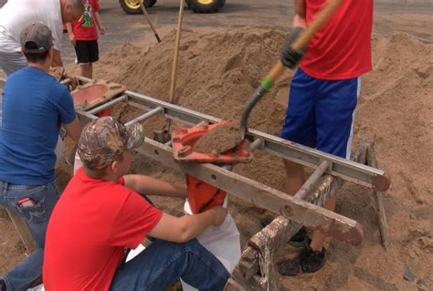 hull illinois residents    sandbag build  levee wgem