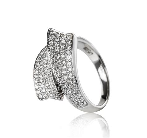 18 kt white gold ring with smaller diamonds