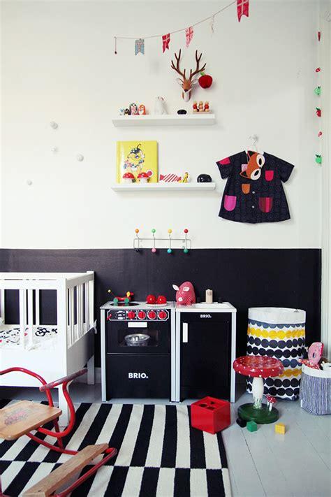 juego cuarto infantil pinceladas de color en un dormitorio infantil escandinavo