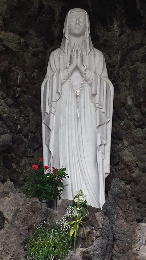 la statua della vergine di lourdes al centro la statua della vergine di lourdes al centro di atti