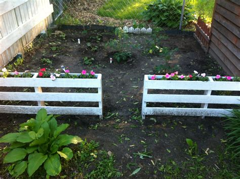 Garden Fencing Ideas Do Yourself Garden Fence Made From Pallets With Flower Boxes Cut The Boards On One Side Of The Pallet And