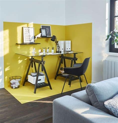 le bureau jaune un coin bureau d 233 limit 233 gr 226 ce 224 la peinture jaune sur les
