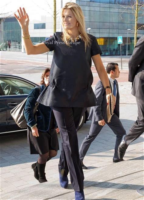 cos mode jurken koningin maxima in donkere top van cos tijdens geldles
