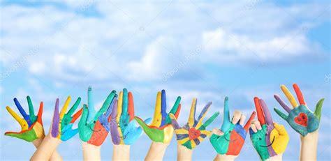 imagenes de uñas pintadas manos manos pintadas con sonrisa sobre fondo de cielo foto de