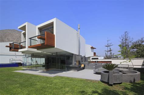 cantilever home cantilevered home in la planicie lima