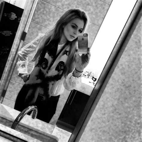 Lindsay Lohan Needs The Toilet by Lindsay Lohan S Bathroom Selfie Social