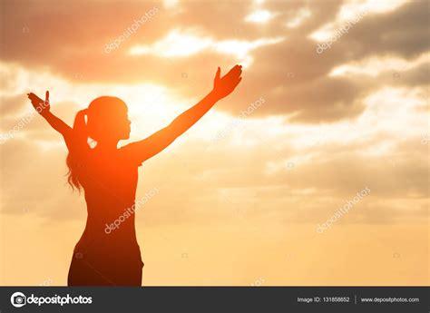 imagenes mujer orando silueta de mujer orar foto de stock 169 ryanking999 131858652