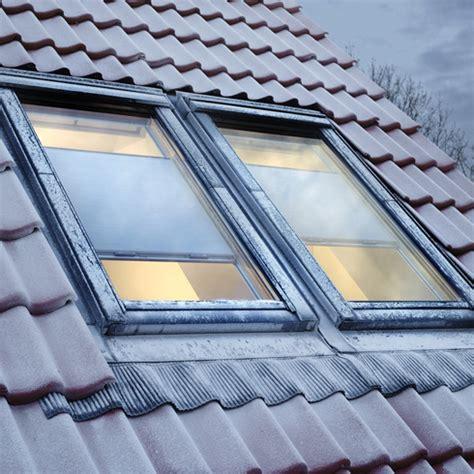 dachfenster bilder sonnenschutz f 252 rs dachfenster im winter gleich w 228 rmeschutz