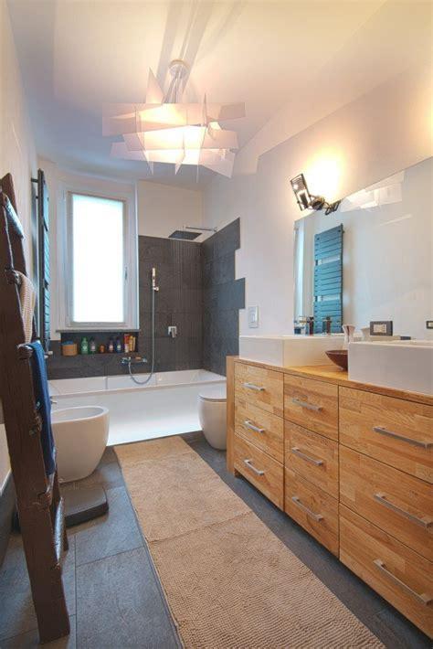 hotel con vasca da bagno in pareti e soffitto bianchi per un effetto di maggiore