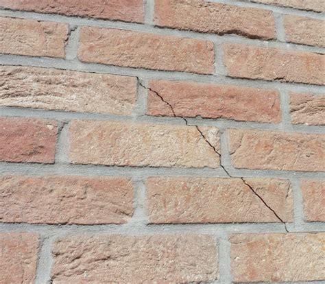 fissure mur extrieur fissure au bas de la fentre with