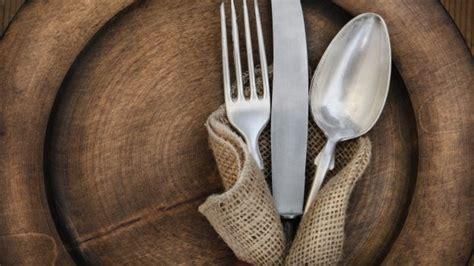 come servire a tavola cameriere come scegliere le giuste posate per servire le pietanze