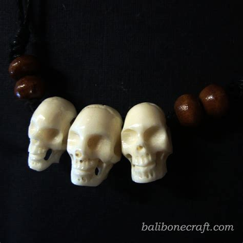 Kalung Beruang bone pendant and necklace