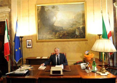ufficio sindaco foto pisapia nel suo nuovo ufficio 1 di 6