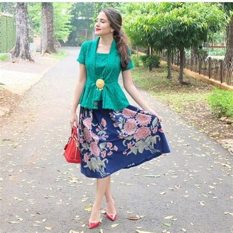 model kebaya modern simple hijau rok batik renda kebaya
