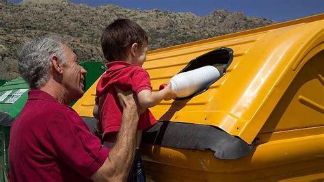 imagenes de niños botando basura c 243 mo ense 241 ar a los ni 241 os a tirar cada envase en su contenedor