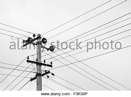pattern energy transmission electric lines on a dark cloudy sky stockfoto