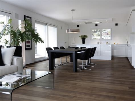Lovely Idee Faience Cuisine Blanc Sol Gris #11: Essgruppe-Kontraste-erzeugen-schwarze-Ledersessel-Fußboden-Laminatt.jpeg