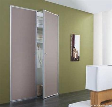 installer une porte de placard pivotante consobrico