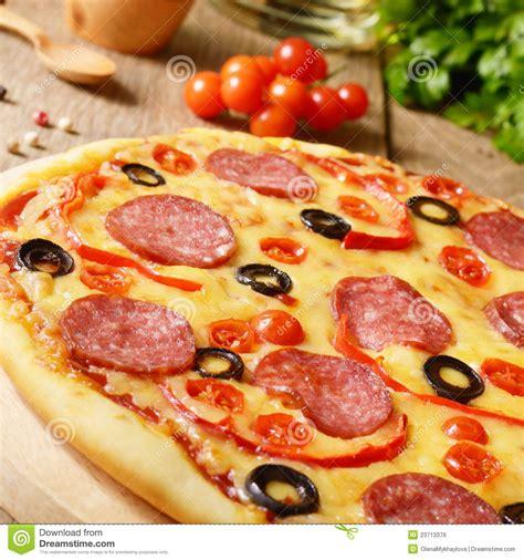 pizza sur la table image libre de droits image 23713376