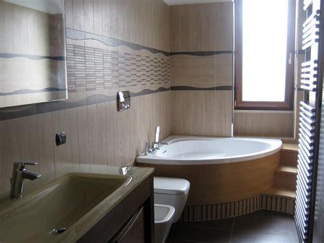 bagni con vasca moderni bagno con vasca angolare e gradini in legno 101074 jpg