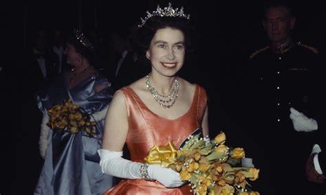 la reina de las 8490600260 repasamos la vida de isabel ii la monarca m 225 s longeva del