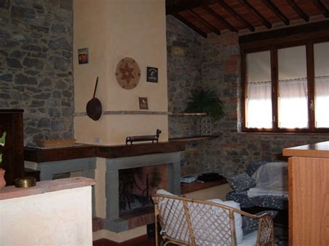pareti soggiorno in pietra foto soggiorno con camino pareti in pietra di steven s