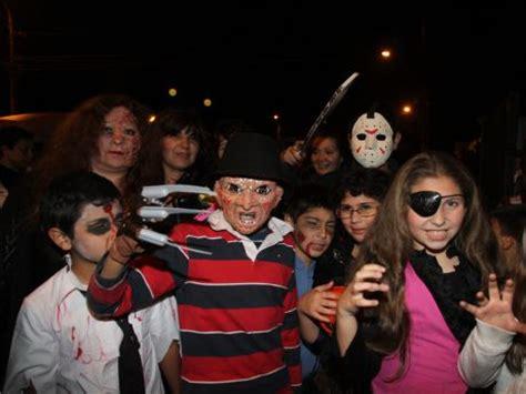 imagenes de halloween niños pidiendo dulces ni 241 os y j 243 venes pasaron una noche de miedo pidiendo dulces