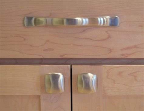 kitchen cabinets knobs vs handles kitchen knobs verses pulls kitchen cabinet door pulls