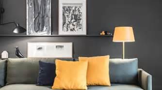 Merveilleux Idee Peinture Salon Salle A Manger #5: salon-avec-peinture-noire-canape-italien-et-touche-de-couleur-jaune_5312859.jpg