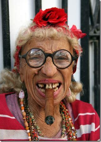 imagenes graciosas viejas cosas divertidas fotos de cubanas fumando un puro