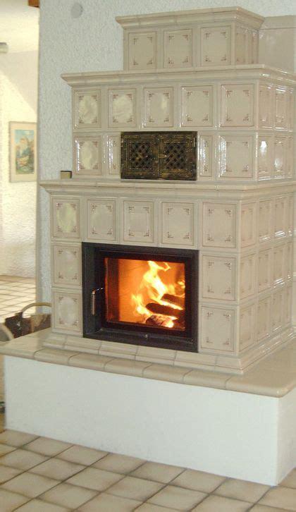 feuerstelle drinnen traditioneller kachelofen mit sichtbarer feuerstelle