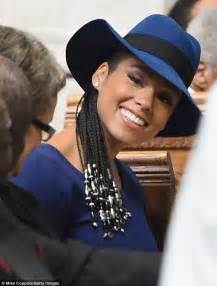 dee dee lemma hairstyle how to do her styles wayans brother pregnant alicia keys dons navy belted maternity frock to