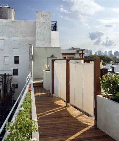 Patio Partition by New York City Rooftop Garden Offers Views And Privacy