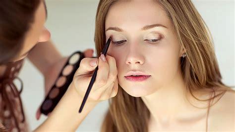 Eyeshadow Yang Cocok Untuk Kulit Berminyak tips makeup untuk kulit wajah berminyak dailywuz
