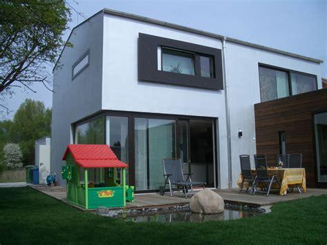 fenster über eck dunkle holzfenster f 252 r ein modernes einfamilienhaus
