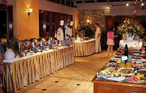 middle buffet table picture of tradewinds restaurant