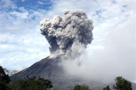 gambar gunung gunung sinabung jpg gunung sinabung berstatus awas berita daerah