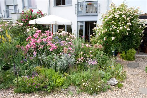 Schmale Beete Vor Hecke Und Mauer Bepflanzen by Ideen F 252 R Kleine G 228 Rten Gartenzauber