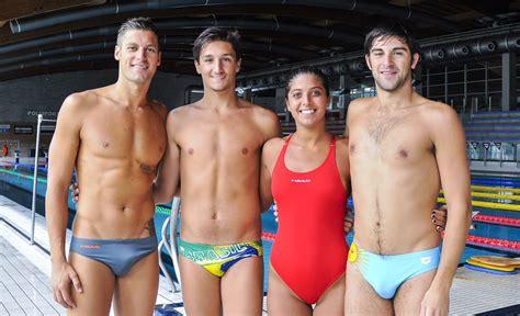 tre uomini e una tre uomini e una donna in barca swimbiz