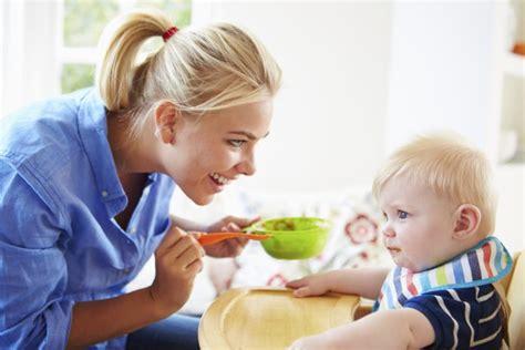 alimentazione neonato 5 mesi svezzamento 6 mesi o 4 quando iniziare lo svezzamento