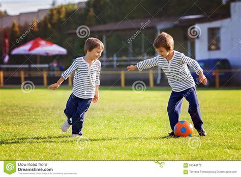 imagenes niños jugando al futbol dos ni 241 os peque 241 os lindos jugando a f 250 tbol foto de