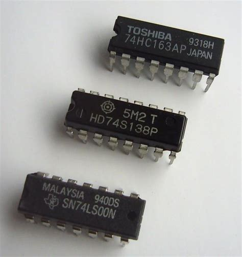 74ls00 integrated circuit chip file 74series logic ic jpg wikimedia commons