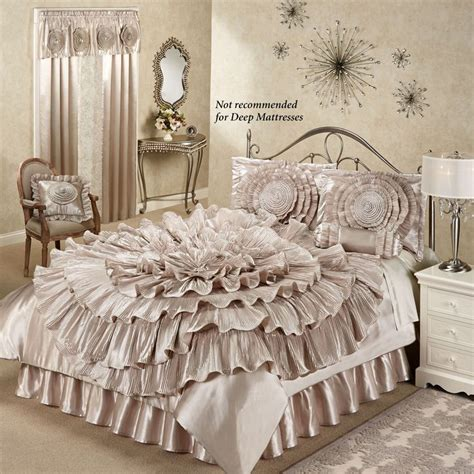 Ruffle Bed Set Best 25 Bedding Sets Ideas On King Size Bedding Sets Bed Pillow Arrangement