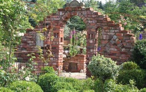 dekorative mauern im garten ruinenmauer im garten kunstrasen garten