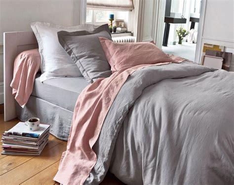 Pale Grey Sofa Szaro R 243 żowa Pościel Na ł 243 żku W Sypialni Zdjęcie W
